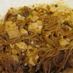 37795425 - よーくかき混ぜます。焼き付けた麺の所々香ばしい食感がアクセントになって、餡のとろみと良いコラボレーションを創造しています。