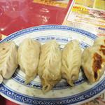 広東飯店 美香園 - 餃子が有名だということで、注文しました。       博多一口餃子と違って、ふくら雀のように丸々とした立派な体格です。