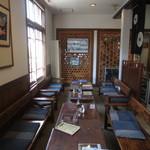 旧庁舎食堂 - 地元の木で作られた重厚なテーブル
