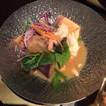 魚家 - 選べる大皿。これはサーモンとエビのウニソース。