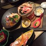 魚家 - メイン。大皿は各自で好みのものを