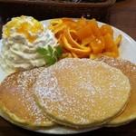 ジロー珈琲 - パンケーキオレンジ。むいただけの皮は一体・・