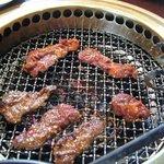 焼肉 ぐろーばる - お肉は網でじゅーじゅー焼きました。