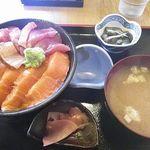 蔵八 - サーモンとまぐろのハーフ丼