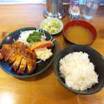双葉食堂 - ポークソテー定食(¥850)。優しい味のポテトサラダ、一味違う味噌汁にも注目して