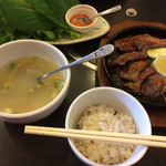 たわら - ランチメニューのスープはコムタンとサムゲタンどちらかを選ぶ。五穀米?を野菜に巻いてお味噌を付けて食べるらしい。