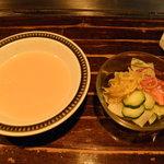 末福 - ランチのスープとサラダです。