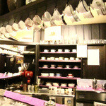 茜屋珈琲店 - 木の温もりと紫が印象的。カウンター上にはカップ多数。