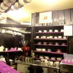 茜屋珈琲店 - 木と紫の色彩構成。落ち着きます。