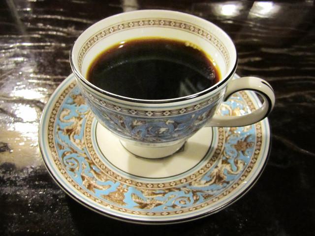 茜屋珈琲店 - 茜屋特製ブレンド700円。WEDGWOODのフロレンティーンターコイズのカップで
