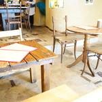 ギャラリー・エフ - ウッディなテーブルと椅子