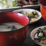彦しゃん食堂 - わかめの味噌汁&名物の高菜漬け付いて