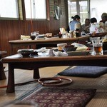 彦しゃん食堂 - 座敷のテーブルへ 4~5人用が8~9個あったかな?
