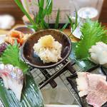 37814981 - 今回注文したのは、おまかせコース3,300円(税別)。                       小鉢・刺盛・季節の料理2品・オススメの寿司6品・汁物・デザートの内容です。刺盛2人分です。                       全て大満足でした♪