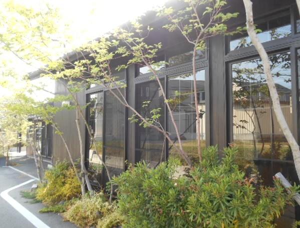 カフェ アロハマイ - シンプルモダンな建物はスタジオも併設