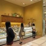 ア・ラ・カンパーニュ - アミュプラザ博多の一階にある神戸発祥のケーキ屋さんです。