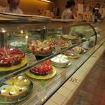 ア・ラ・カンパーニュ - 店頭のショーケースには人気のタルト初め美味しそうなケーキや焼き菓子が並びます。