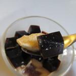 ア・ラ・カンパーニュ - 苦みのあるコーヒーゼリーの香りとブランマンジュの滑らかな食感のコラボ商品です。