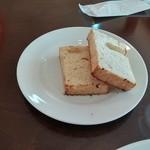 37823571 - 付け合せのパン、せめてバターはつけてほしい。