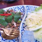 サラリムナム - ラープムー(豚ミンチとハーブ野菜のサラダ)。レストランのイメージ通り、上品で無難に仕上げられているかと思いきや、                             激辛党には幸せな辛さでありました♪