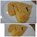 37825991 - チーズせんべい(400円)・・これ好きなのです。チーズの風味もよく「ツマミ」に最適。