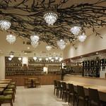銀座カフェビストロ 森のテーブル - 目にも鮮やかな緑のベンチシートは気楽なお食事やティタイムに人気のエリアです