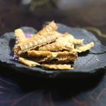 石ばし - お酒のお通し (鰻骨煎餅) (2015/04)