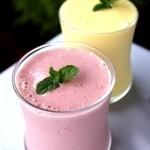 文明堂 - 料理写真:人気のスムージーはマンゴーとベリーの2種類