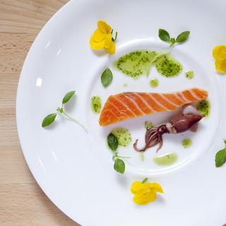 旬の素材の味を生かした創作料理のコースをご用意しております。
