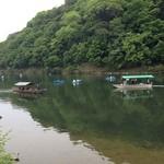 37833226 - 保津川(大堰川)には川下りの舟やボートがいっぱい
