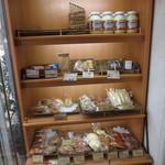 進々堂 - 入口にはパンも置かれています。