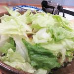下釜 - レタスチャーハン800円。 レタスサラダではなく(笑)、レタスチャーハン。有田焼の浅鉢はオーダーと同時にコンロで熱せられ、あっつあつの状態で供されます。