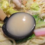 下釜 - スープは、鶏がらベースでしょうか。 こってりではありませんが、ミルキーで鶏の甘さと優しさがあります。