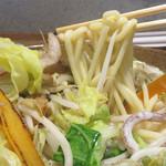 下釜 - 麺はモッチモチ!卓上には、コショウはありませんが、辛味噌を溶き込んで食べても美味しいです。