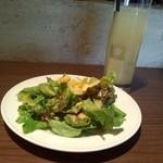 37847341 - サラダとグレープフルーツジュース