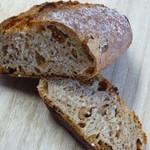 オーボンパン ビゴの店 - いちじくの入ったハードパン断面