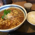 三宝亭 - 酸辣湯麺 :スープは、少し甘めで椎茸の出汁も効いています。酸味、辛味とも控えめですが、粉山椒がお好みで入れられるのは、ありがたいです。平日は半ライス、サービスです。