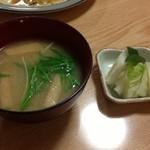トン子 - 付属の味噌汁&お新香