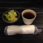 37854611 - お昼ながらタオルのお絞りもお茶と一緒に提供される