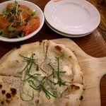 Pasta Frolla  - 駿河湾産たっぷりしらすのゴルゴンゾーラピザ580円とセットのスモークサーモンサラダ。