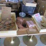 アルパイン洋菓子店 - 店内には特価品が並んでいます。