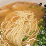 博多ラーメン123 - アッサリ豚骨スープに中細麺。スタンダードなラーメンって感じ。