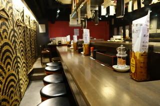 肴屋八兵衛 金山店 - 2015.05 立ち飲みは入り口だけで、奥はカウンターとテーブル席
