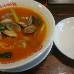 太陽のトマト麺 - 太陽のボンゴレ麺とアサリの殻入れ