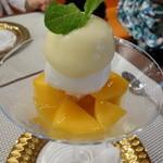 ビストロ ダイア - ホワイトチョコレートのムース、宮崎マンゴー、レモンシャーベット、柑橘類と炭酸の泡