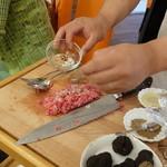 ビストロ ダイア - 水口シェフが、タルタルステーキをを目の前で作ってくれます