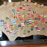 エイケイコーナー - 壁には、80ヶ国を旅したマスターの軌跡を表す地図と国旗が\(^o^)/