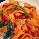 noki - リングタイプのパスタ トマトと玉ねぎのアンチョビ カラマラータ バジルソース添え