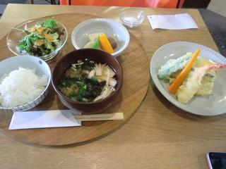 ごはんの間 - 野菜とえびの天ぷら定食 800円