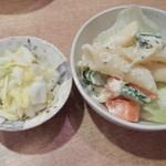 鉄兵 - 定食の漬物とマカロニ